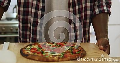 男人在家做披萨 股票录像