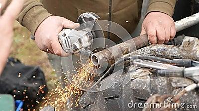 男人用磨机切管 影视素材