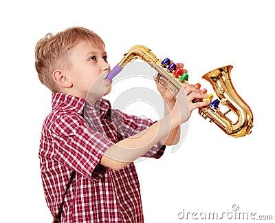 男孩作用萨克斯管