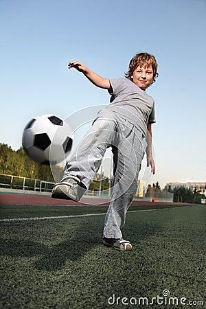 男孩作用足球