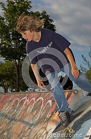 男孩公园冰鞋
