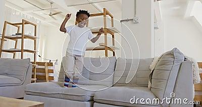 男孩在沙发上蹦蹦跳跳 股票视频
