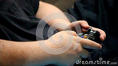 男孩递使用与电子游戏控制器 影视素材