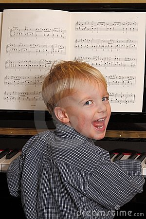 男孩钢琴演奏年轻人