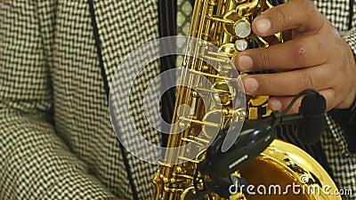 男性手和萨克斯管 演奏萨克斯管的人 爵士乐作为艺术 股票录像