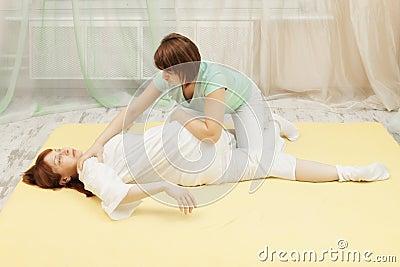 男按摩师对yumeiho疗法做中年白种人妇女.