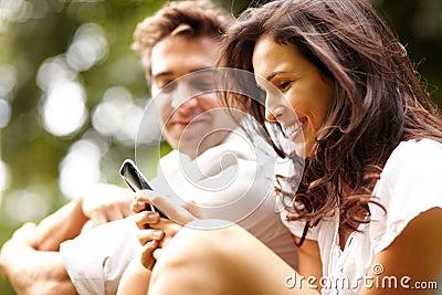 男朋友相当她的移动电话使用妇女年&#