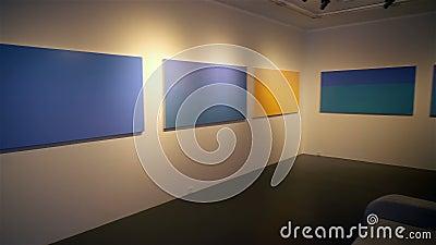画廊墙上的画画 股票视频