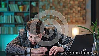 疲惫不堪的上班族在桌子上的工作地点打盹,然后醒来,继续用笔记本电脑工作 影视素材