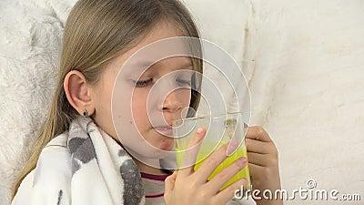 病态的童颜饮用的药物,哀伤的不适的女孩,与药剂,沙发的孩子画象 股票录像