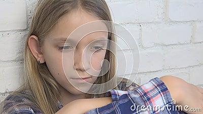 病的哀伤的孩子,被注重的不快乐的孩子,消沉的不适的女孩,被虐待的人 股票视频