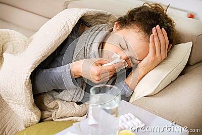 病的妇女。 流感