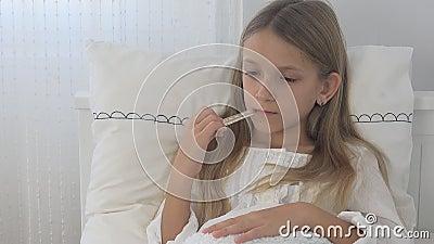 病的孩子在床上,与温度计的不适的孩子,女孩在医院,药片医学 影视素材