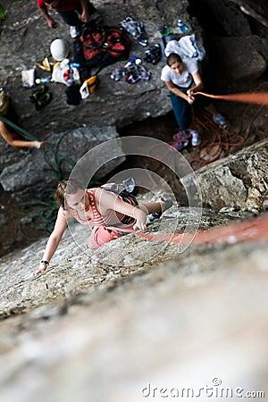 登山人女性岩石