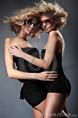 白肤金发的二名妇女