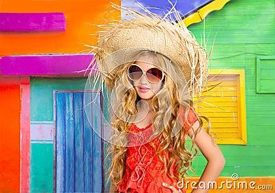 白肤金发的有秸杆海滩帽子和太阳镜的儿童愉快的旅游女孩在一个热带图片