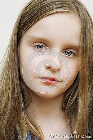 白肤金发的白种人小女孩头发愉快的长的纵向.图片