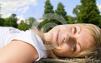 白肤金发的无忧无虑的草