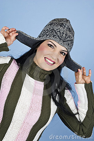 盖帽愉快的微笑的冬天妇女