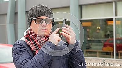 盲人以使用数字助理的盲目性智能手机的 影视素材