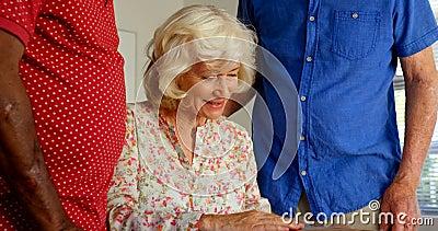 看相册的活跃白种人资深人民在老人院4k 股票视频