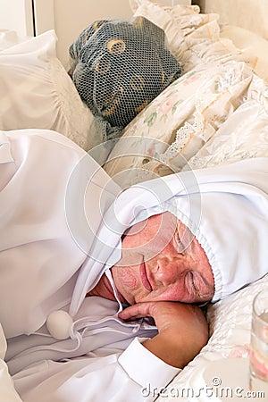 睡帽和卷发的人