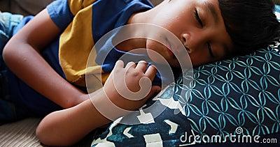 睡觉在沙发4k的逗人喜爱的男孩 股票录像