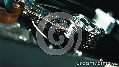 硬盘驱动器特写镜头细节 运转在转动的硬盘驱动器头磁性表面 硬盘驱动器是数据存储 影视素材