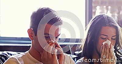 磨擦他们的鼻子的不适的夫妇用薄纸 股票录像