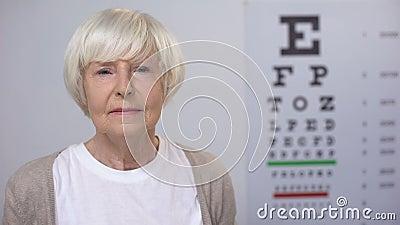 离开玻璃和玻璃柜台与隐形,改善的退休的妇女 股票录像