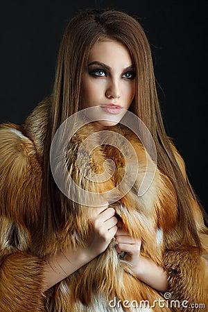 秀丽狐狸皮大衣的时装模特儿女孩 理发 发型 专业构成 样式妇女.