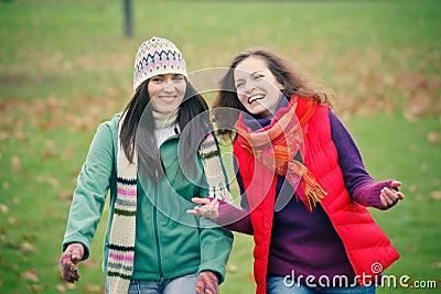 秋天公园二走的妇女年轻人