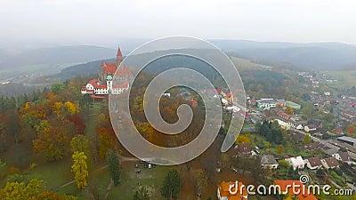 秋天风景中浪漫仙城布佐夫的空观 摩拉维亚 股票录像