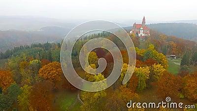 秋天风景中浪漫仙城布佐夫的空观 摩拉维亚 影视素材