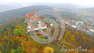 秋天风景中浪漫仙城布佐夫的空观 摩拉维亚 股票视频