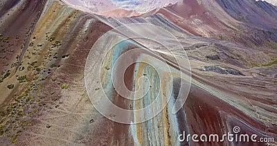 秘鲁的彩虹山和安地斯峰顶的鸟瞰图 股票录像