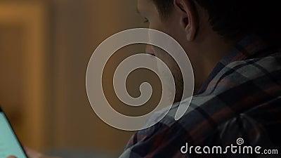 移动智能手机,观看的录影和读新闻,消遣的有胡子的人 影视素材