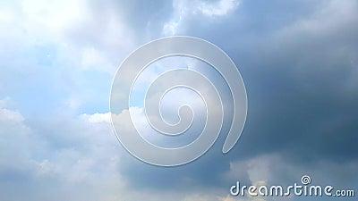 移动的多雨云彩,松的蓬松白色覆盖蓝天时间间隔移动云彩背景,与大美好的cloudscape 影视素材