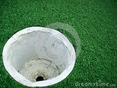 空的高尔夫球杯