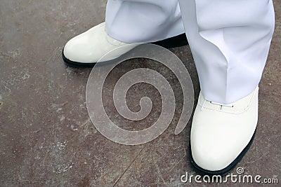 穿上鞋子白色