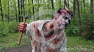 站立在森林和正在寻找受害者的疯狂的可怕蛇神 股票录像