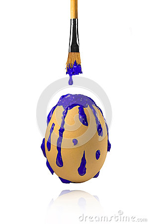 从画笔的蓝色油漆水滴在鸡蛋