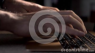 笔记本电脑键盘上的程序员或作者类型 股票录像