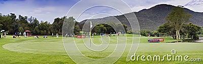 第17个路线加利高尔夫球绿色pano球员 编辑类库存图片