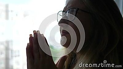 精神健康,镜片的不快乐的妇女是紧张的近的窗口户内 影视素材