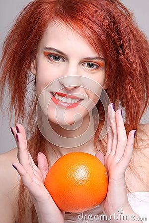 红发妇女纵向用桔子
