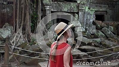 红色塔布茏寺寺庙礼服探索的废墟的白种人妇女  影视素材
