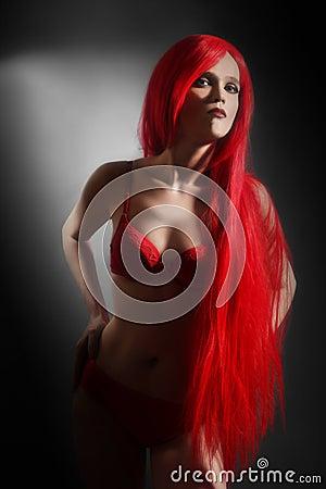 红色女用贴身内衣裤的性感的妇女