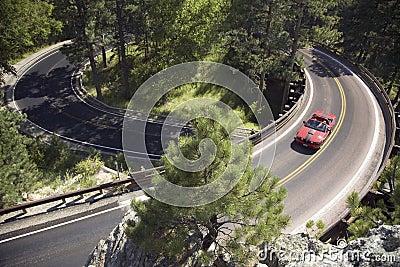 红色敞篷车驾驶在铁山 编辑类照片