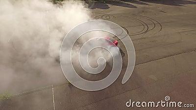 红色汽车灼烧的轮胎 股票录像
